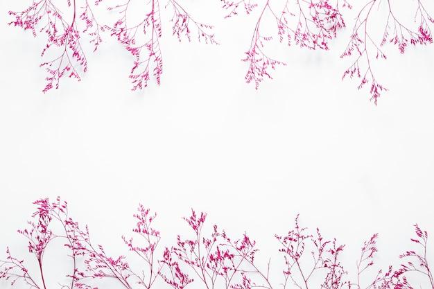 テーブルの上に散らばってピンクの植物の枝