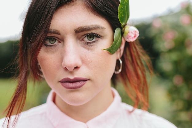 髪に花を持つロマンチックな若い女性
