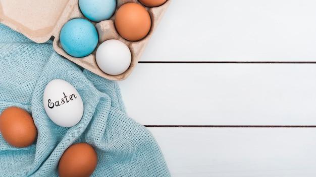 布の上の卵のイースター碑文
