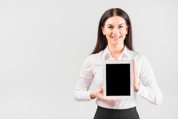 空白の画面を持つ女性実業家持株タブレット