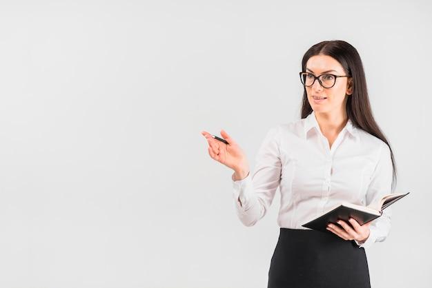 ノートブックに立っている女性実業家
