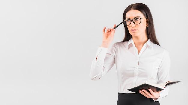 ノートパソコンと立っている思いやりのあるビジネス女性