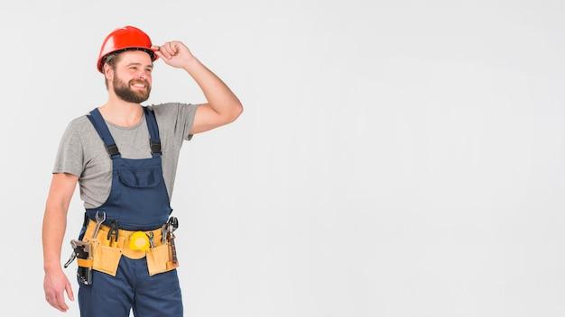 Ремонтник в общем и шлем смотрит в сторону