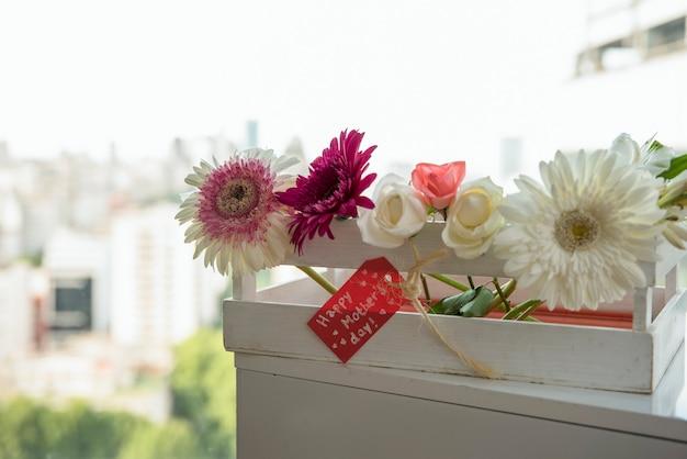 С днем матери надпись с цветами в коробке