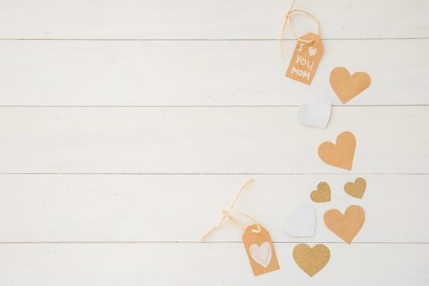 Я люблю тебя мама надпись с бумажными сердечками