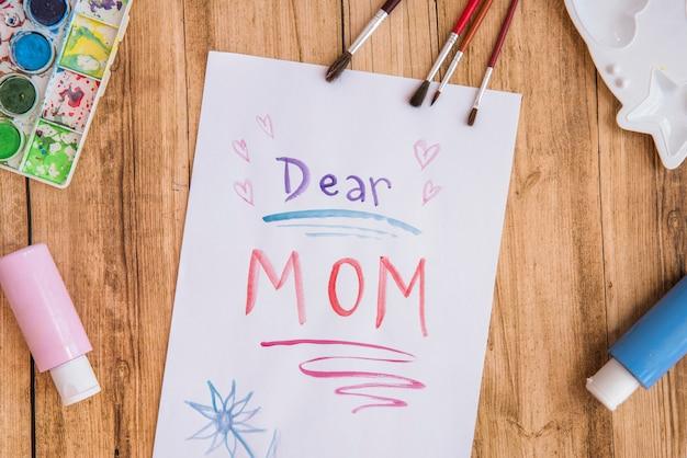 絵の具で紙の上の親愛なるママの碑文