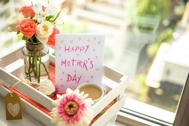 幸せな母の日のトレイに設定