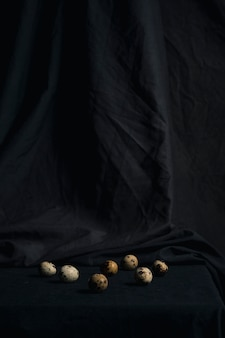黒さの間のウズラの卵のセット