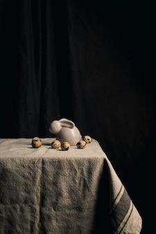 ウズラの卵とテーブルの上のウサギの姿