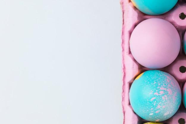 ピンクの容器にイースターエッグのセット
