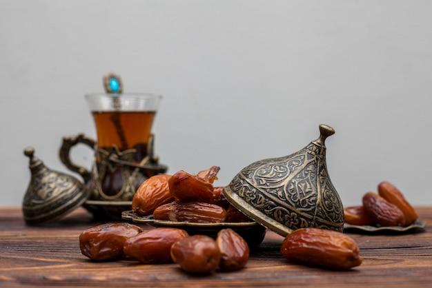 お茶のグラスと皿の上のフルーツの日付