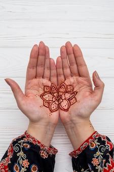 一時的な刺青のテーブルの上の女性の手
