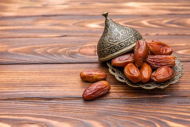 木製のテーブルの皿にドライフルーツ