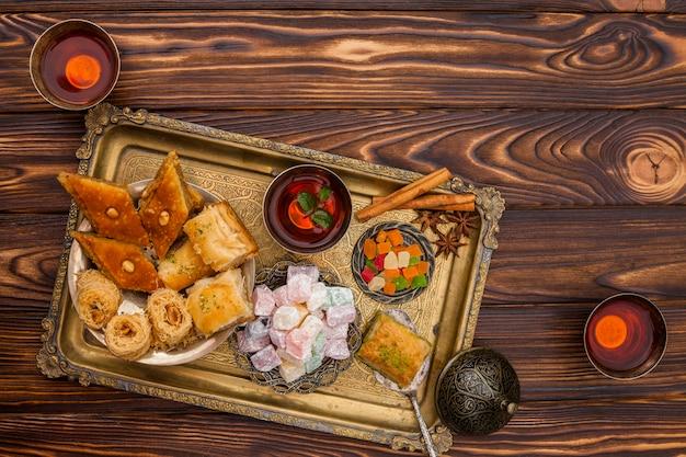 Восточные сладости с чаем на столе