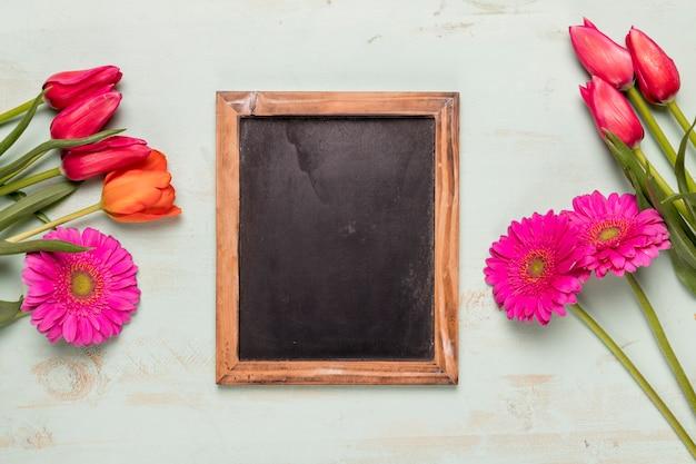 花の花束を持つフレーム黒板