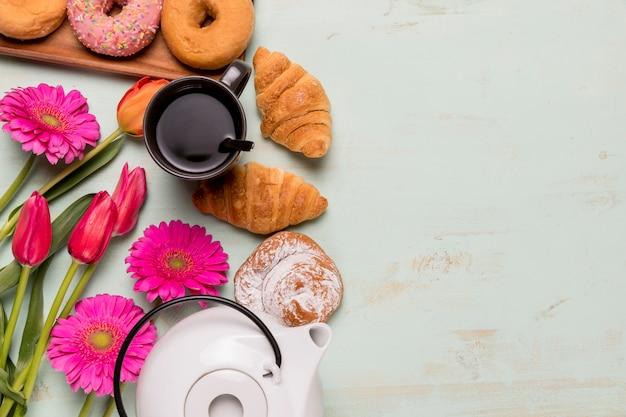 朝食フラットフラット花を持つ