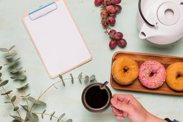 フレームクリップボードと美味しいコーヒーブレイク