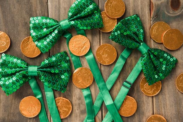 黄金のコインと木の板に蝶ネクタイの組成