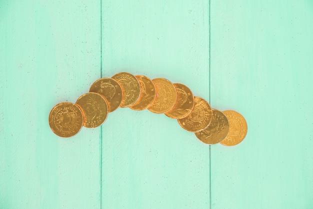 ボード上の黄金のコインのセット
