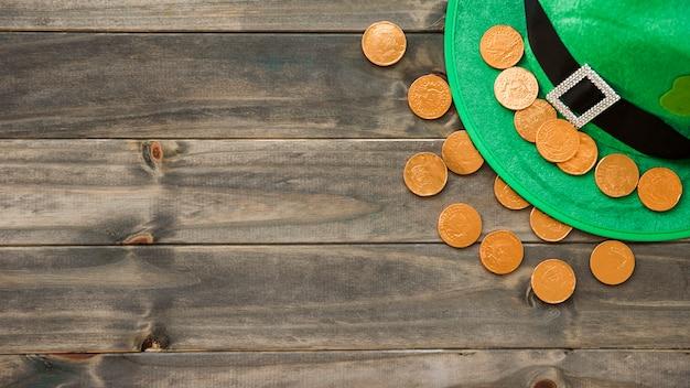 Шапка святого патрика с декоративным клевером и золотыми монетами