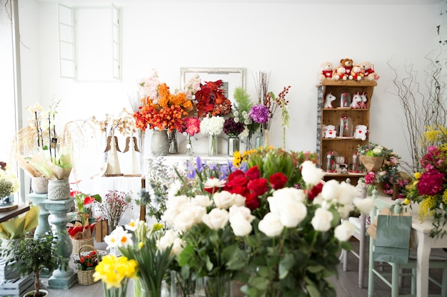 Красочные цветы в цветочном магазине
