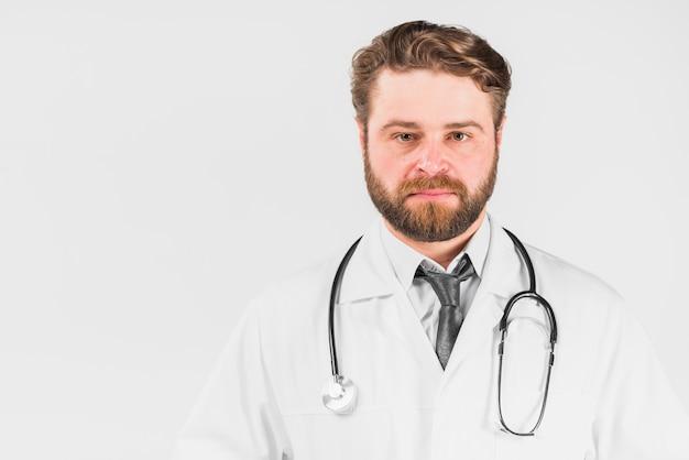 カメラを見て深刻な顔を持つ医師