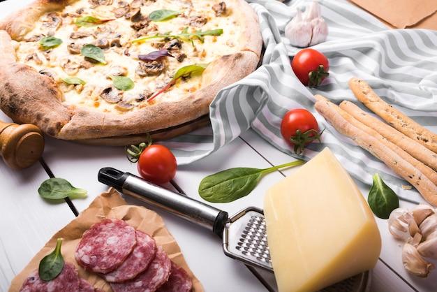 ストライプのテーブルクロスの上の食材を使った健康的なイタリア料理