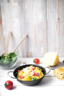 木製のテーブルに健康的な成分とスパゲッティ