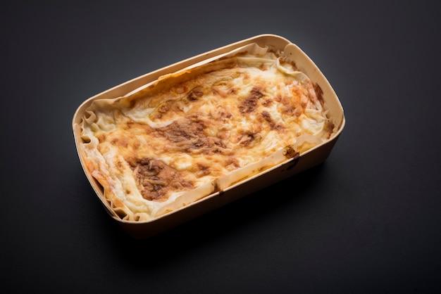 自家製の伝統的なイタリアの肉のラザニア