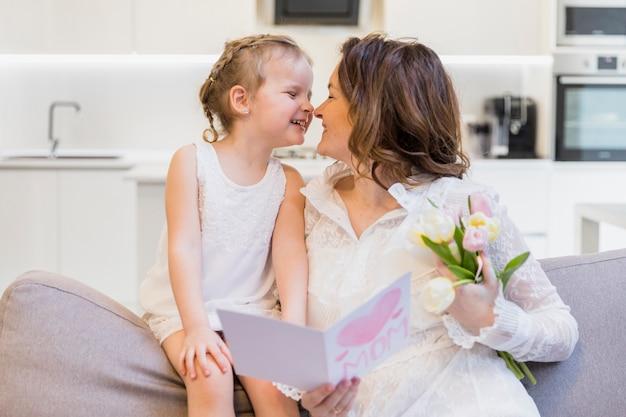 Счастливая мать и дочь с удовольствием в доме