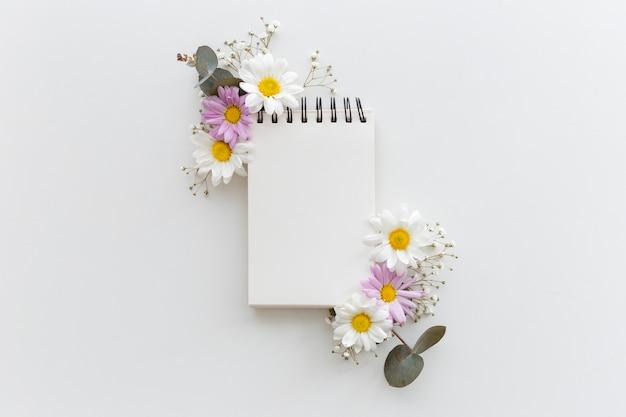 別の花で飾られたスパイラル空白乳製品のオーバーヘッドビュー