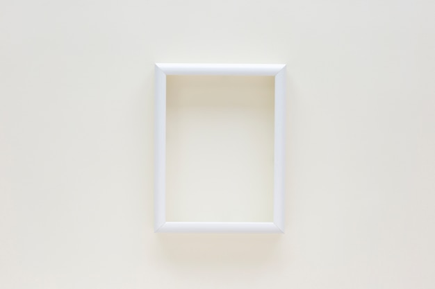 Пустая белая рамка для фото на белом фоне
