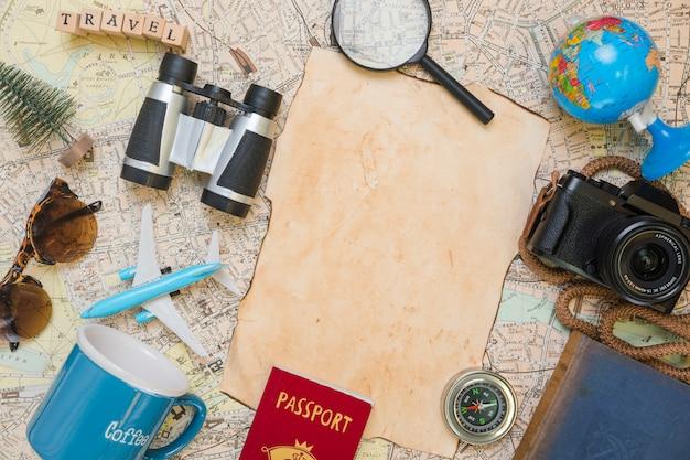 旅行の要素に囲まれた紙