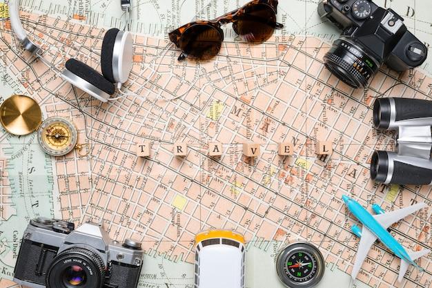 旅行の要素に囲まれた木製の立方体