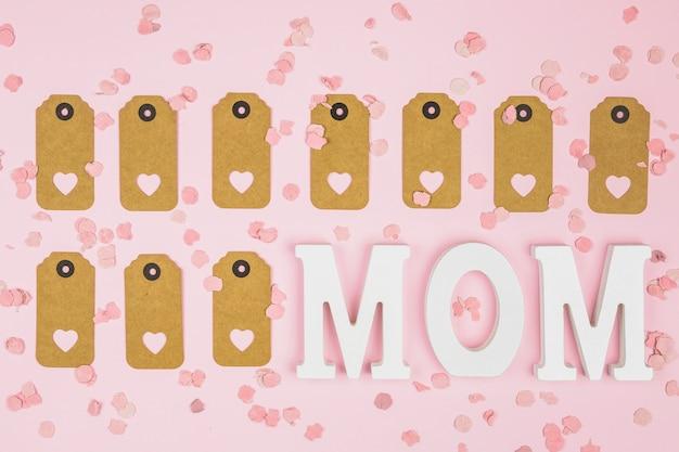 Набор тегов с декоративными сердечками возле мамы слова между конфетти