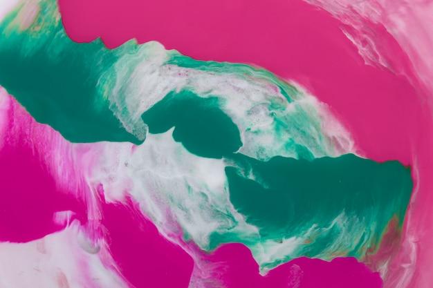 Розовые и бирюзовые мазки графического абстрактного фона на белой поверхности