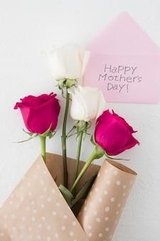 明るいバラと幸せな母の日碑文