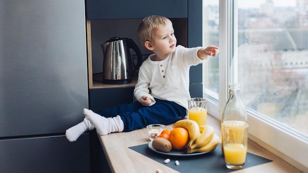 朝食をとる子