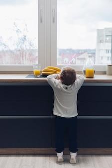 朝食を持っている少年