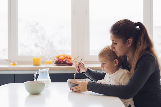 Мама и сын завтракают
