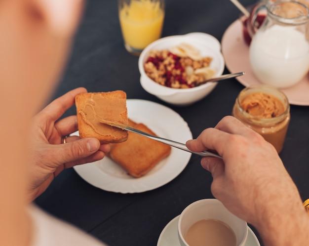 Молодая пара завтракает