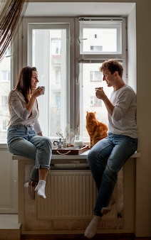 朝食を食べて若いカップル