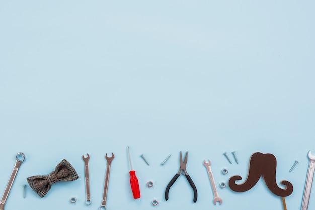 蝶ネクタイと紙の口ひげを持つツール