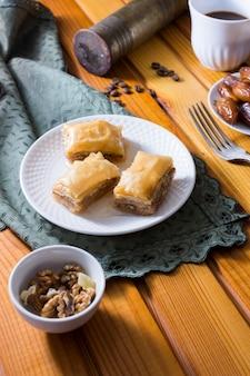 Восточные сладости на тарелке с грецкими орехами