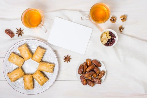 日付の果物と紙と東部のお菓子