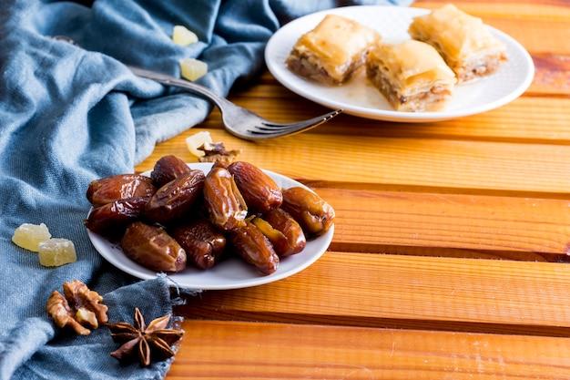 木製のテーブルの東のお菓子とドライデートフルーツ