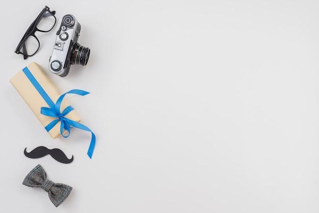 カメラと蝶ネクタイ付きギフトボックス