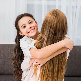 Портрет счастливая девушка обнимает ее подруга