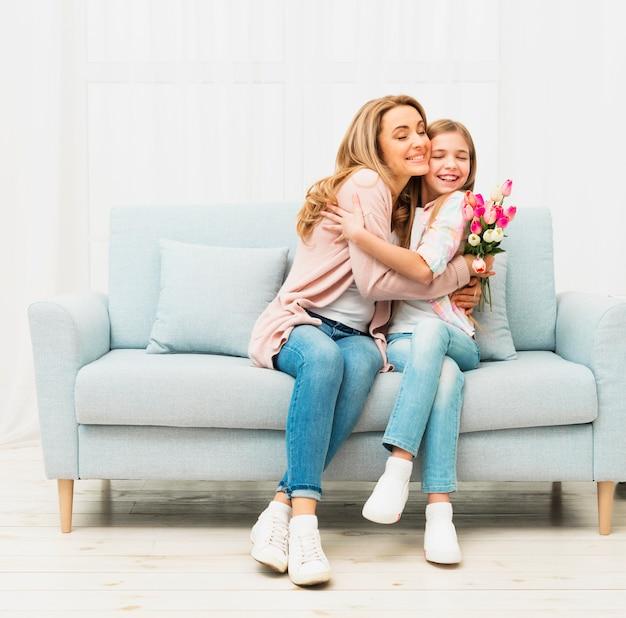 Мать и дочь, обнимая друг друга