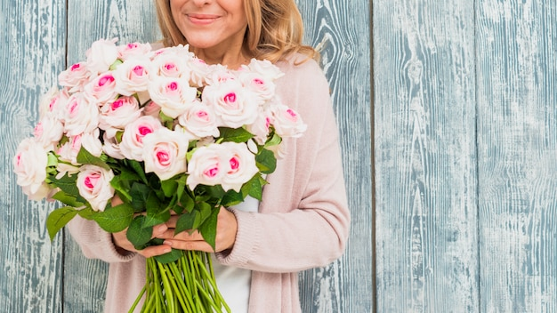 バラの花束を持つ女性